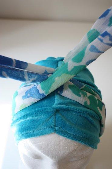 Stap 2: Beweeg de twee uiteinden van de sjaal naar boven, en laat ze elkaar kruisen.