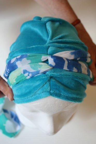 Stap 3: De sjaal zoals op de foto afgebeeld nu weer naar beneden halen.