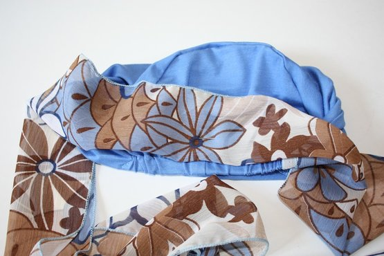 Stap 4: Prik de veiligheidsspeld door het sjaalje, die in de lengte dubbel is gevouwen, daarna weer door de Mutssja naar de binnenkant.